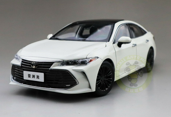 Модель 1:18 Toyota Avalon 2019 - white