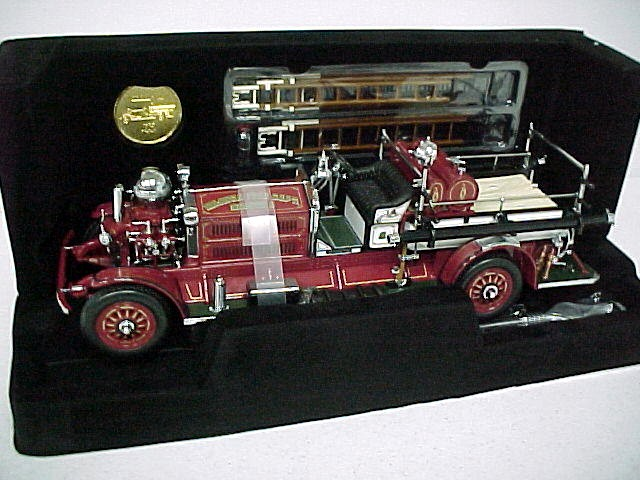 Модель 1:24 Nashua Fire Dept. Ahrens-Fox N-S-4 Fire Engine (Red with Gold and Chrome Trim)