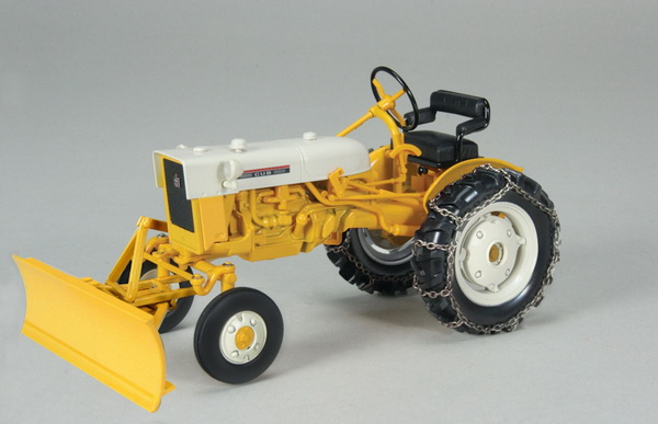 Модель 1:16 YELLOW INTERNATIO​NAL CUB TRACTOR WITH BLADE AND CHAINS